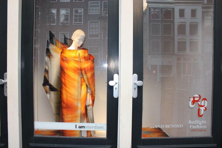 Pilsētā, kura skatlogos rotājas pērkamas sievietes, pavisam vienkārši ir nopērkama zāle, bet publiskās tualetes izskatās kā pludmales ģērbtuves. Fascinējošas sajūtas pārņēma ieraugot skatlogu ar šo pavisam vienkāršo, bet ģeniālo saukli - IAMSTERDAM. Amsterdama, 2009.