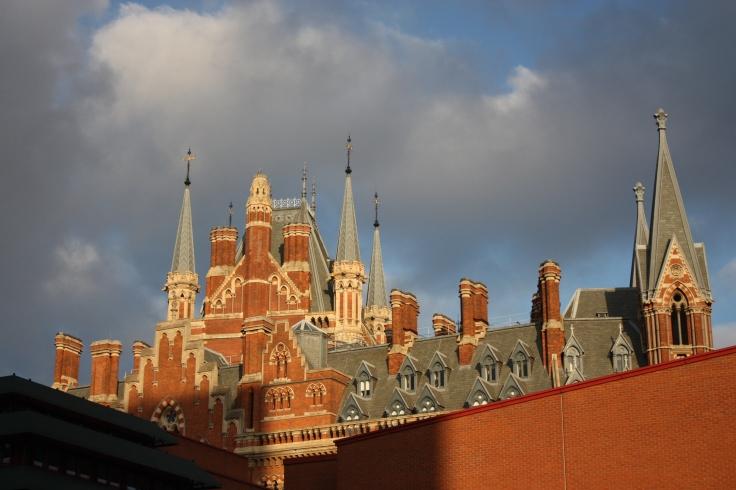No bibliotēkas redzami viesnīcas tornīši. Netālu no King's Cross St. Pancras stacijas.